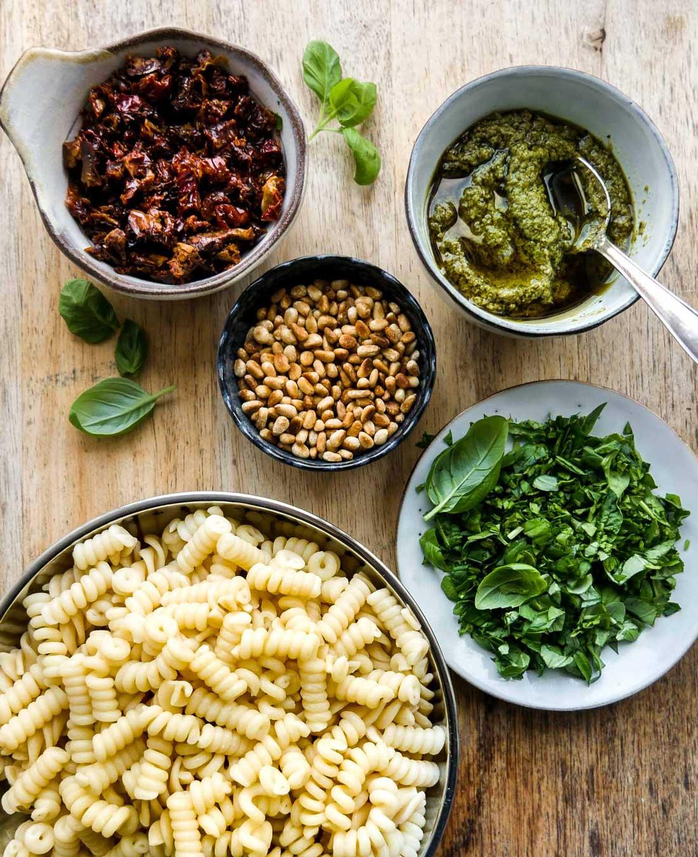 pastasalat med 5 ingredienser og grøn pesto