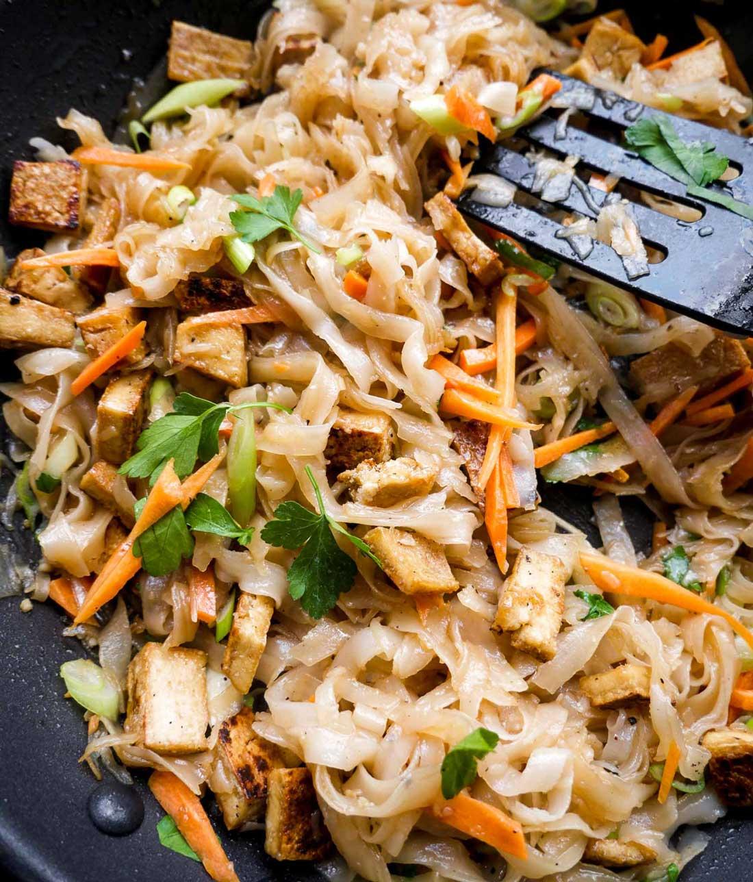 grøntsager og tofu med nudler
