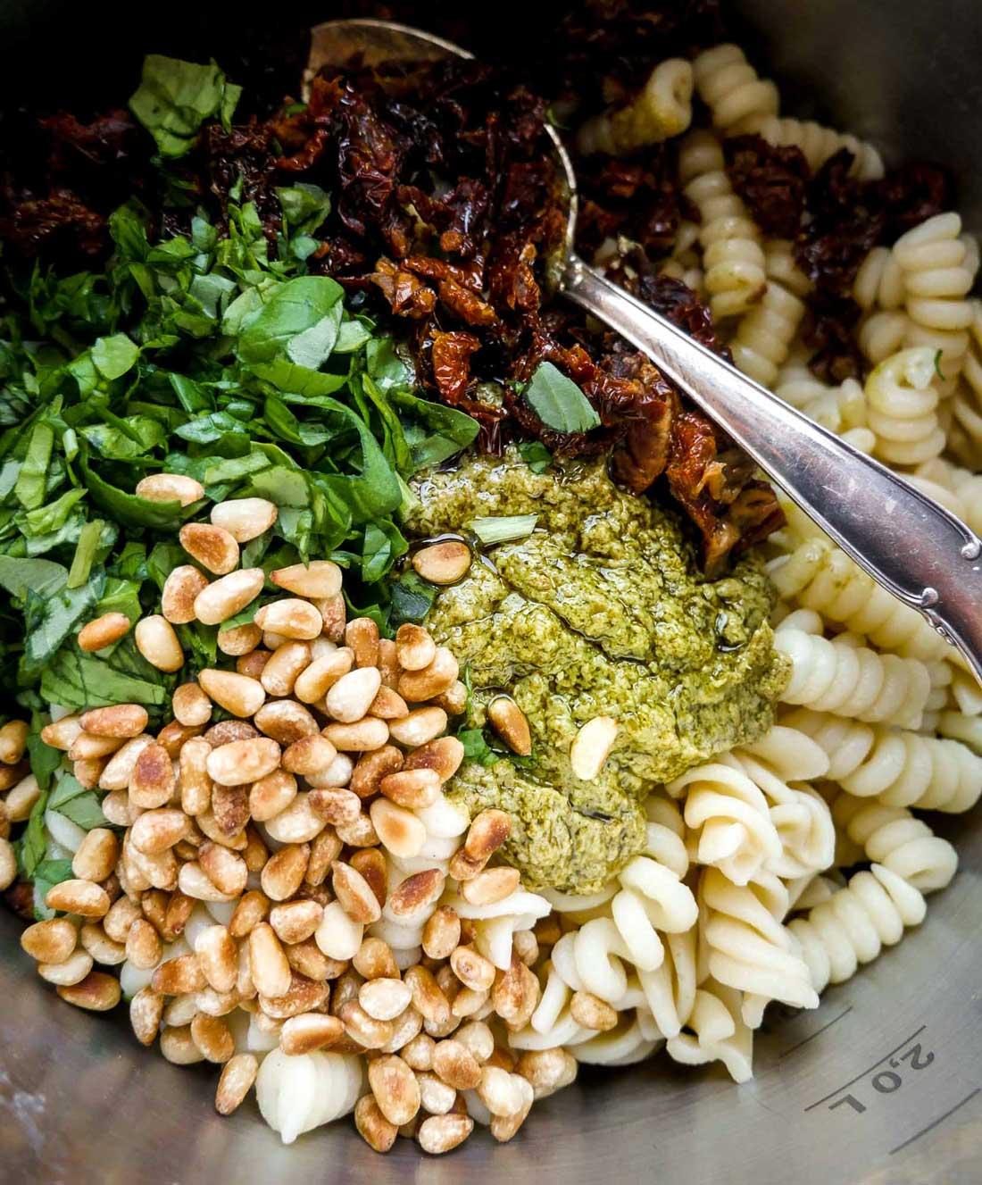 pastasalat med pinjekerner, soltørrede tomater og grøn pesto