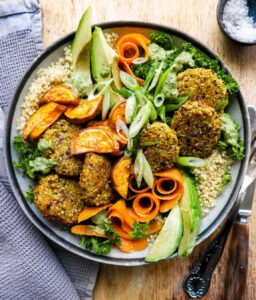 sund quinoabowl med salat og quinoa opskrift