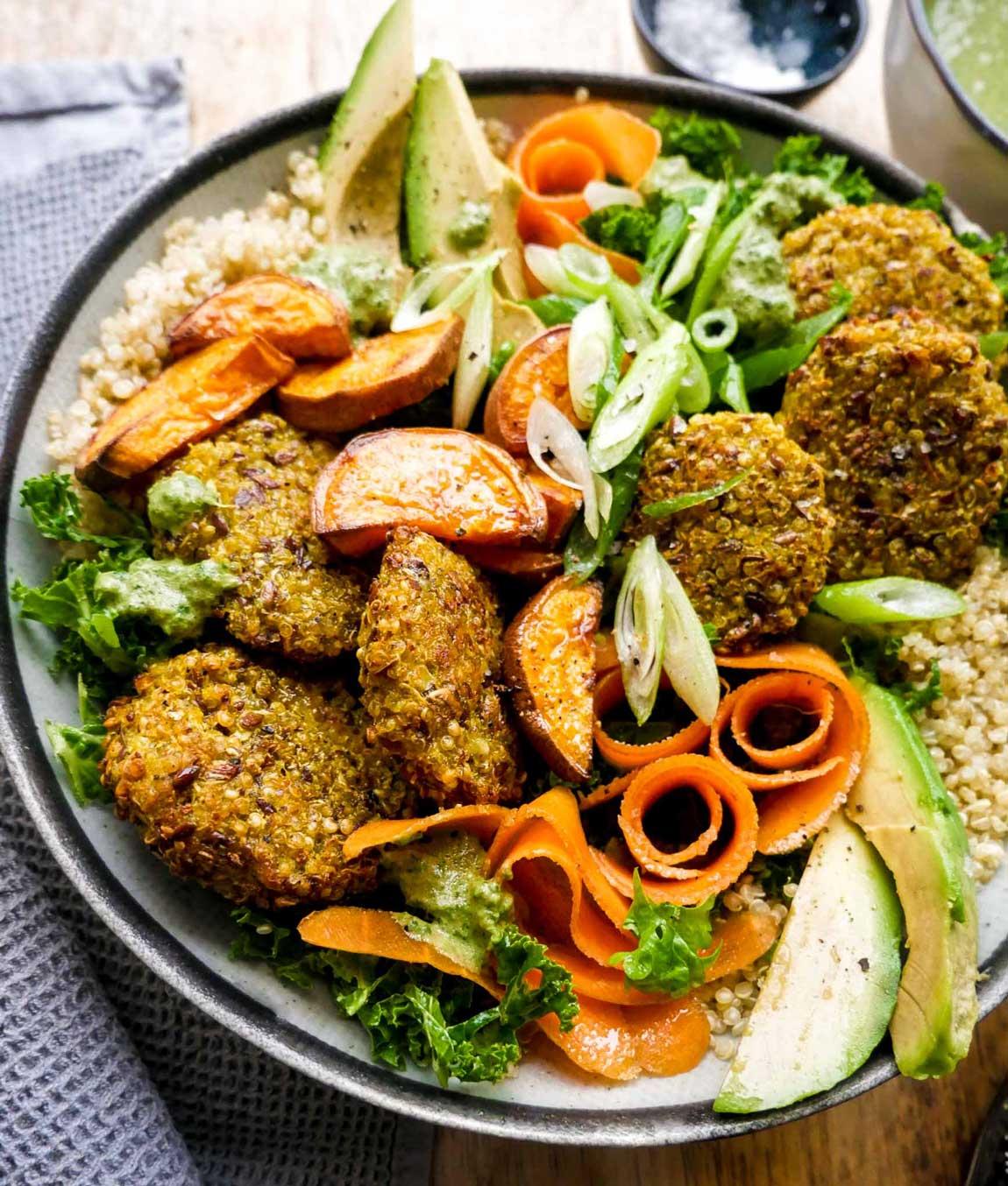 quinoa bowl som sund salatskål med proteiner
