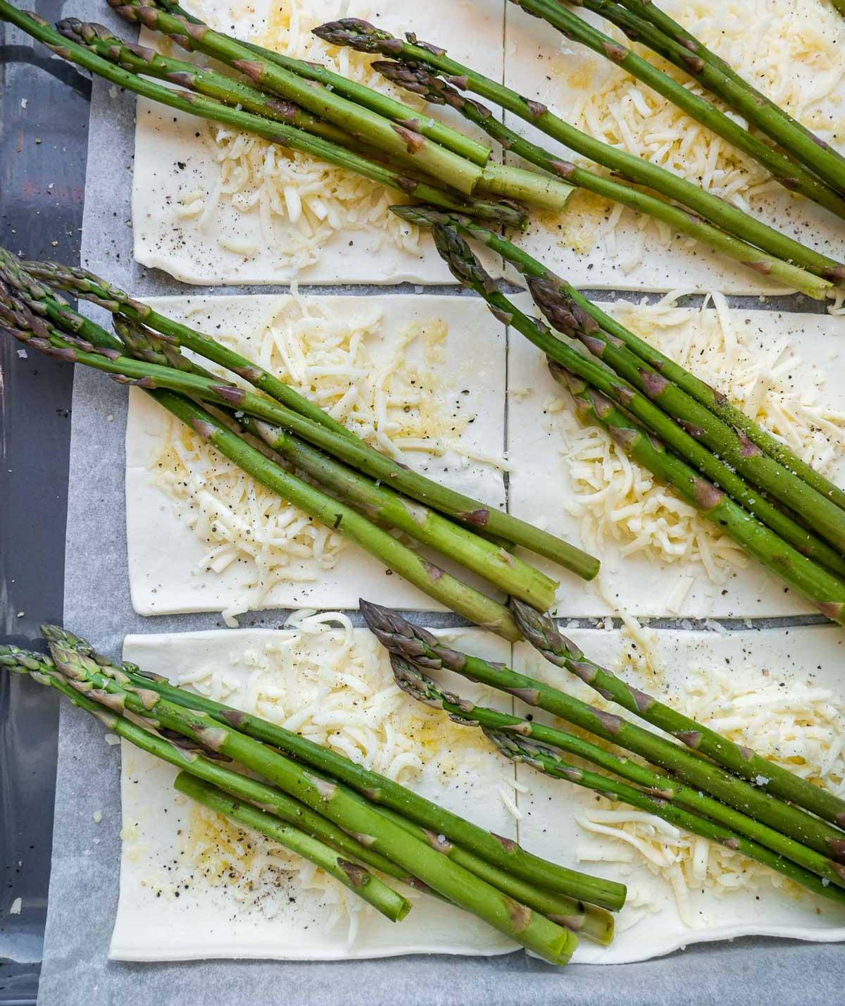 butterdejen rulles og fyldes med asparges og ost