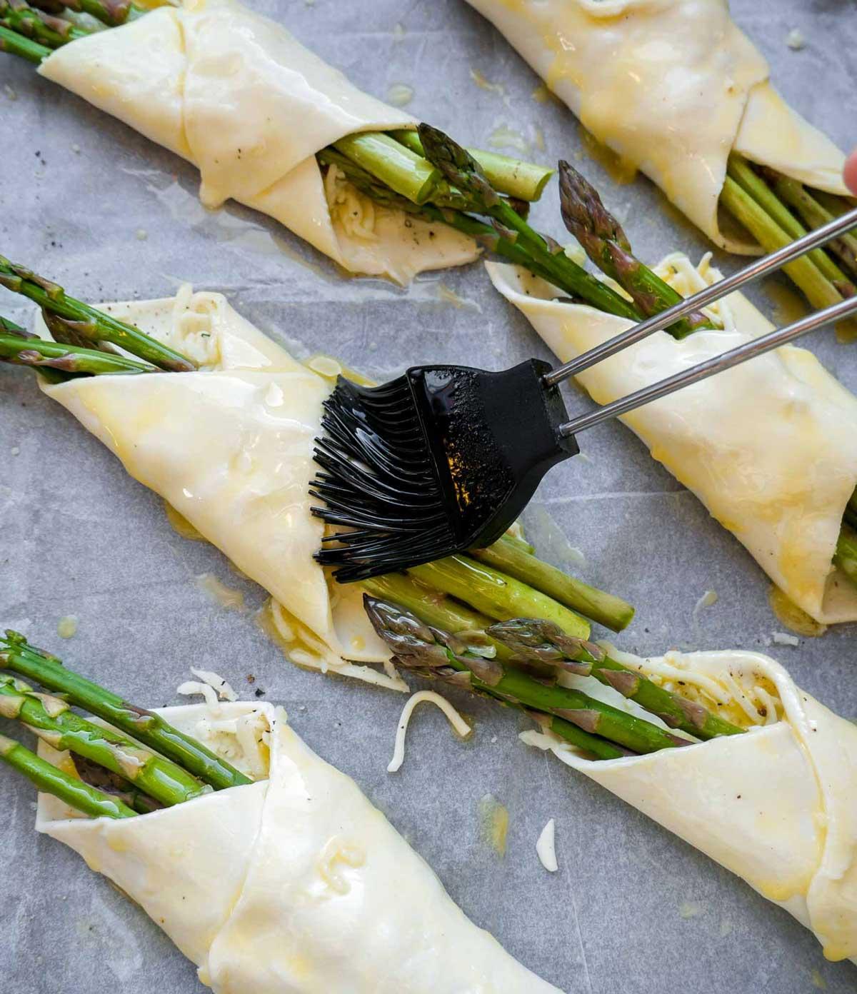 butterdej og asparges pensels med plantesmør
