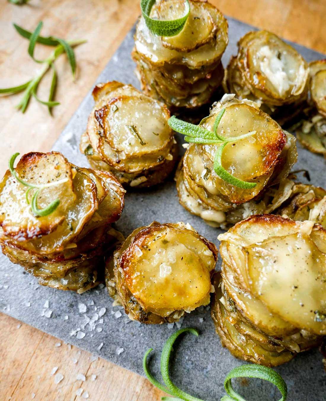 kartoffel stakke med tynde kartoffel skiver