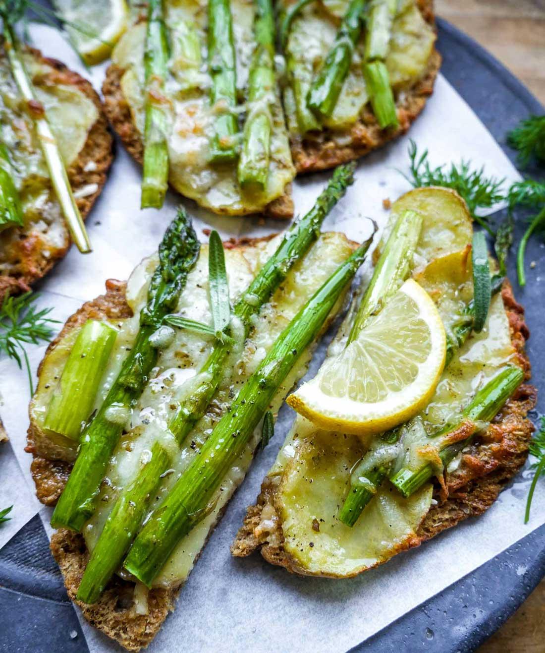 minipizza med kartofler og grønne asparges