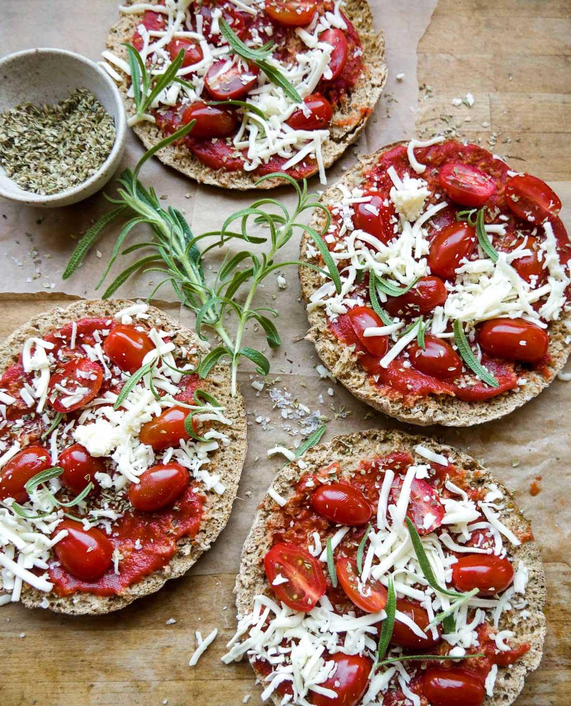 fuldkorns minipizza med tomater