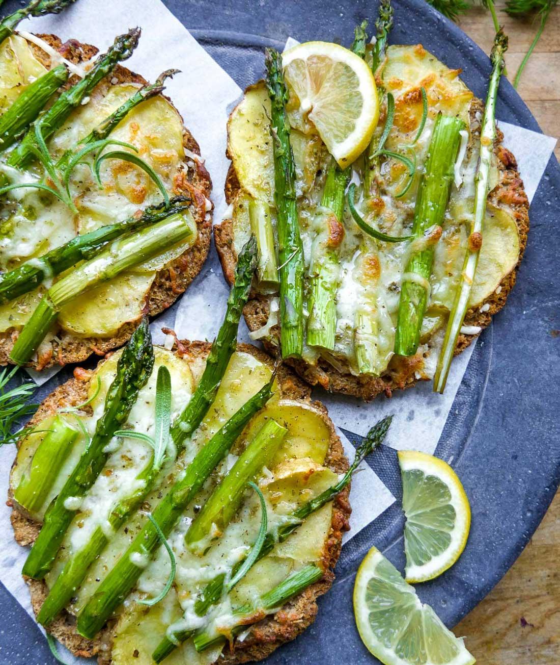 lækre nemme minipizza med asparges og kartofler