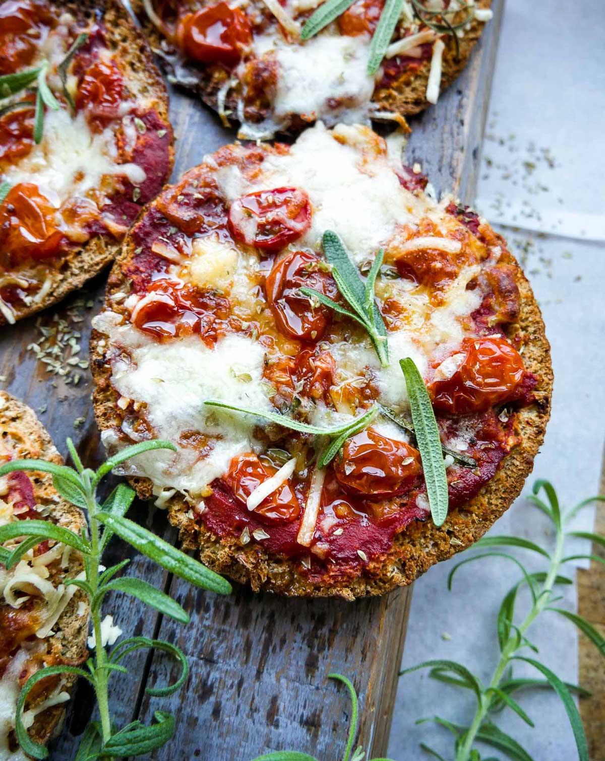 minipizza med pitabrød, tomat og ost