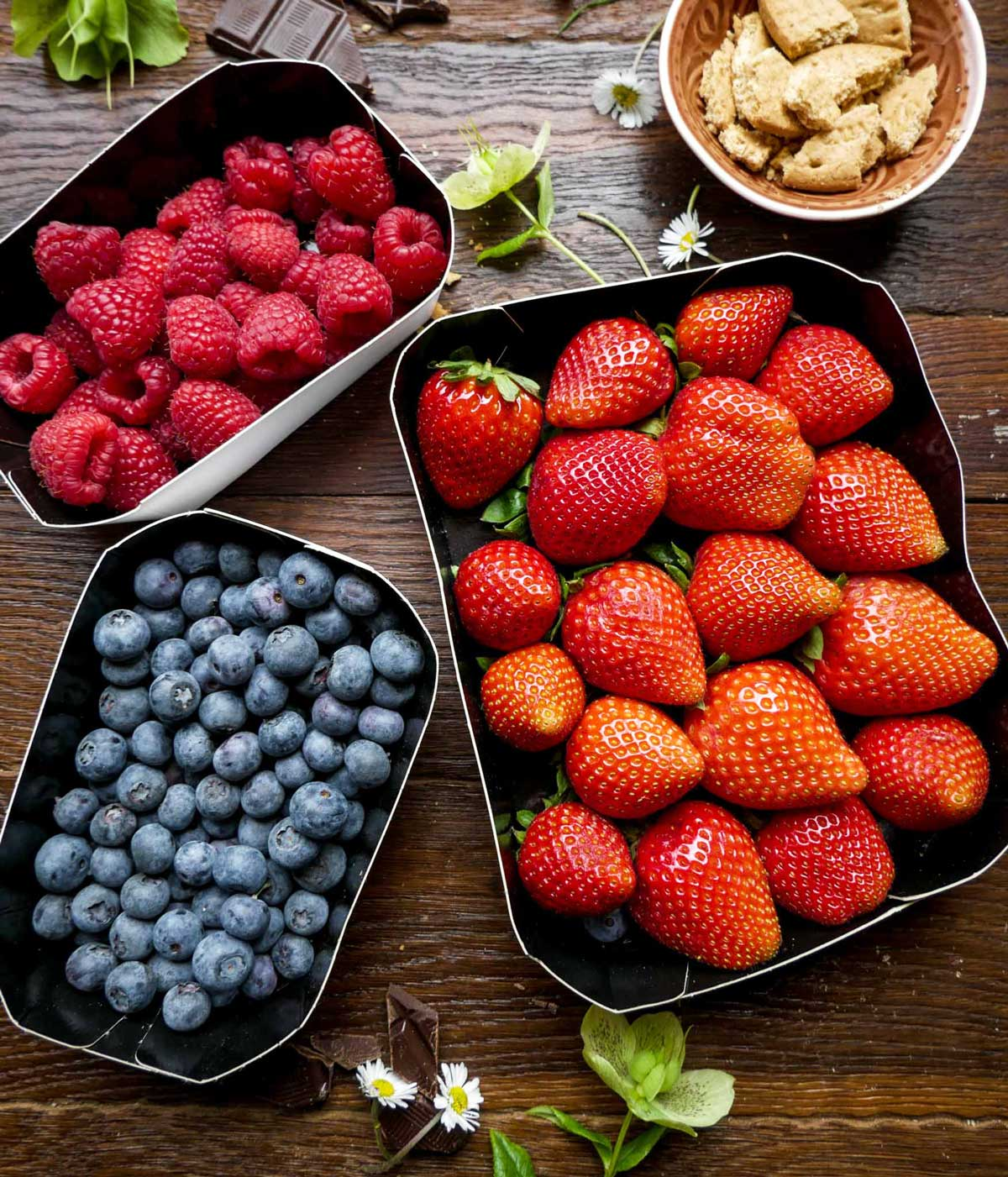 jordbær, hindbær og blåbær til dessert