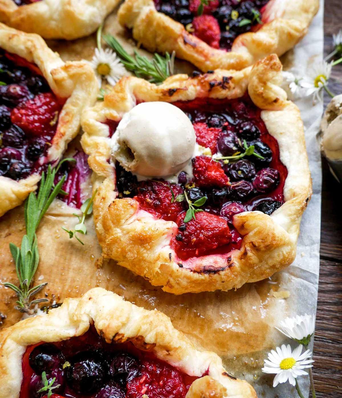 butterdejssnitter med bær som minitærter til dessert