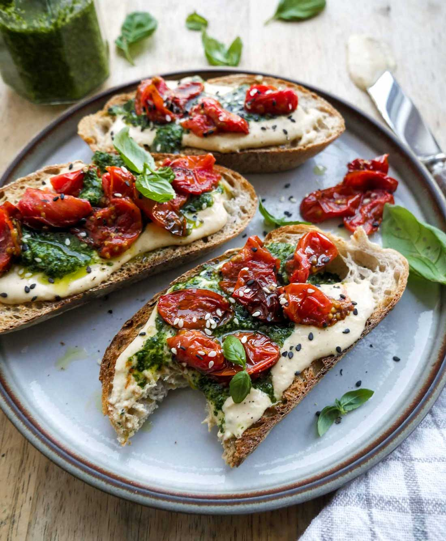 sund sandwich med sund hummus og tomater opskrift