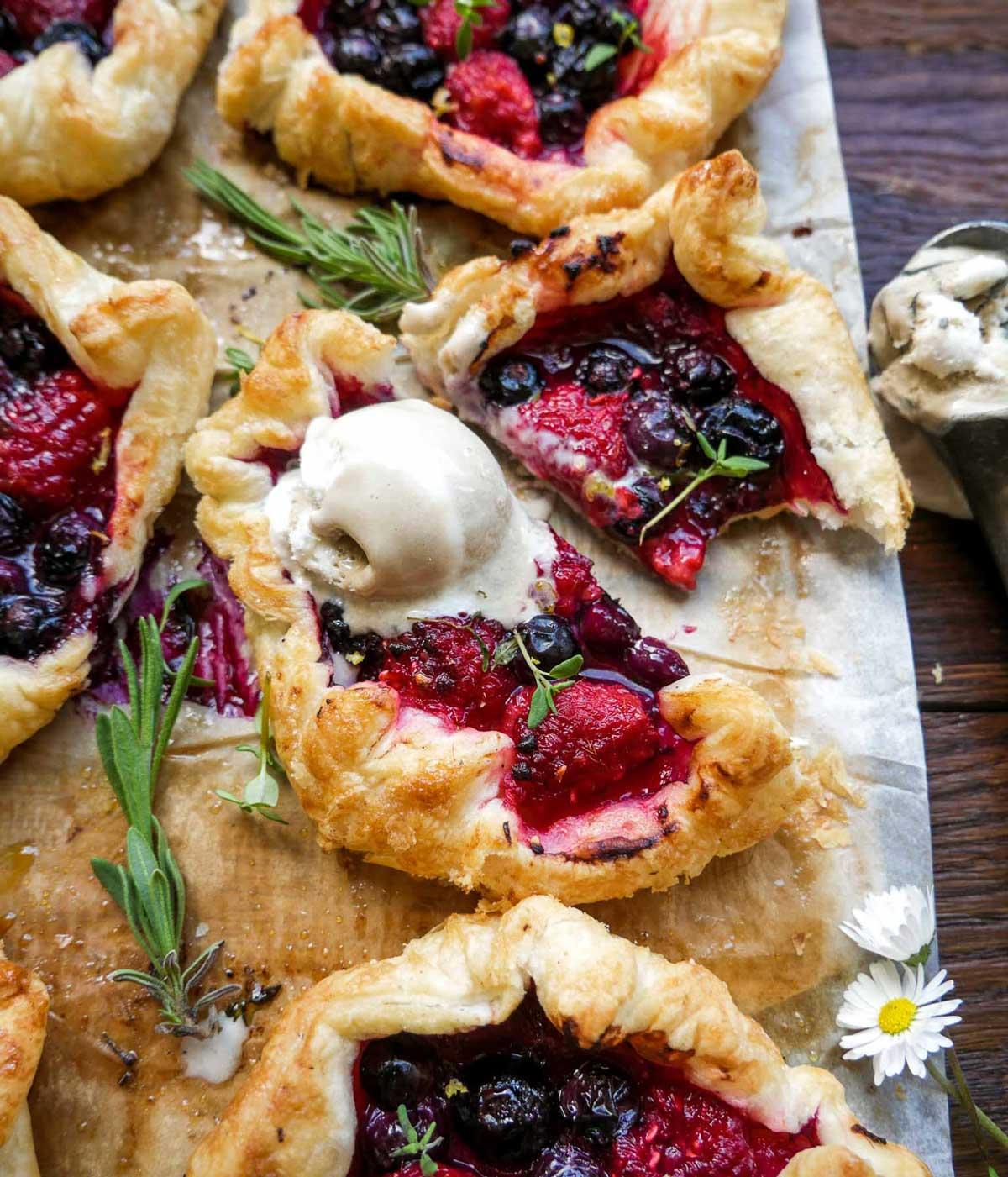 små butterdejssnitter ala minitærter som dessert med blåbær og is