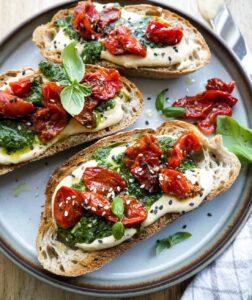 opskrift på toast med pesto og tomat