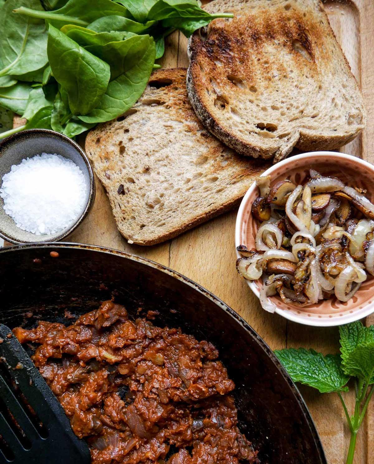 ingredienser til toast med svampe løg og kødsovs