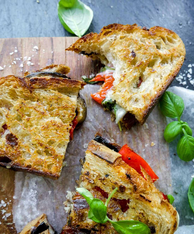 toast bid med aubergine og peberfrugt