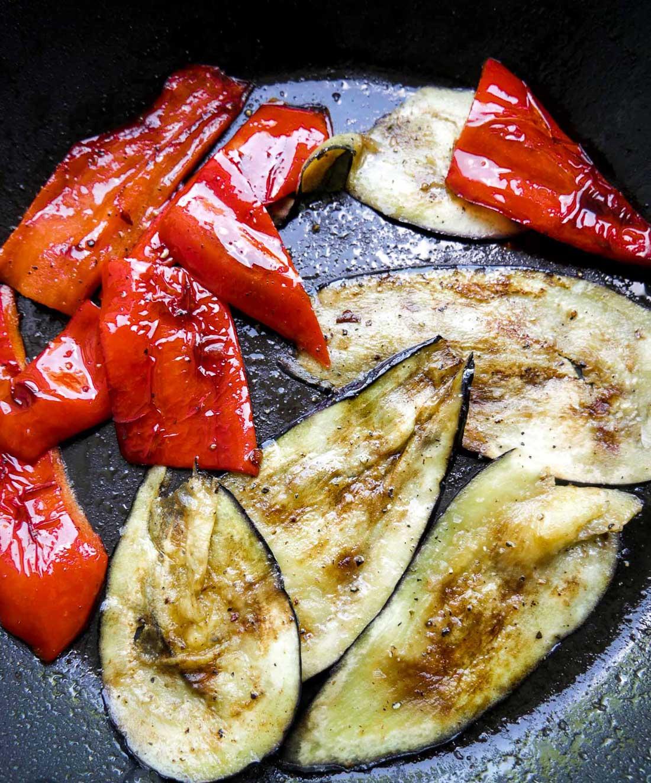 stegte peberfrugter og aubergine på panden