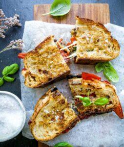 grillet toast med aubergine og peberfrugt