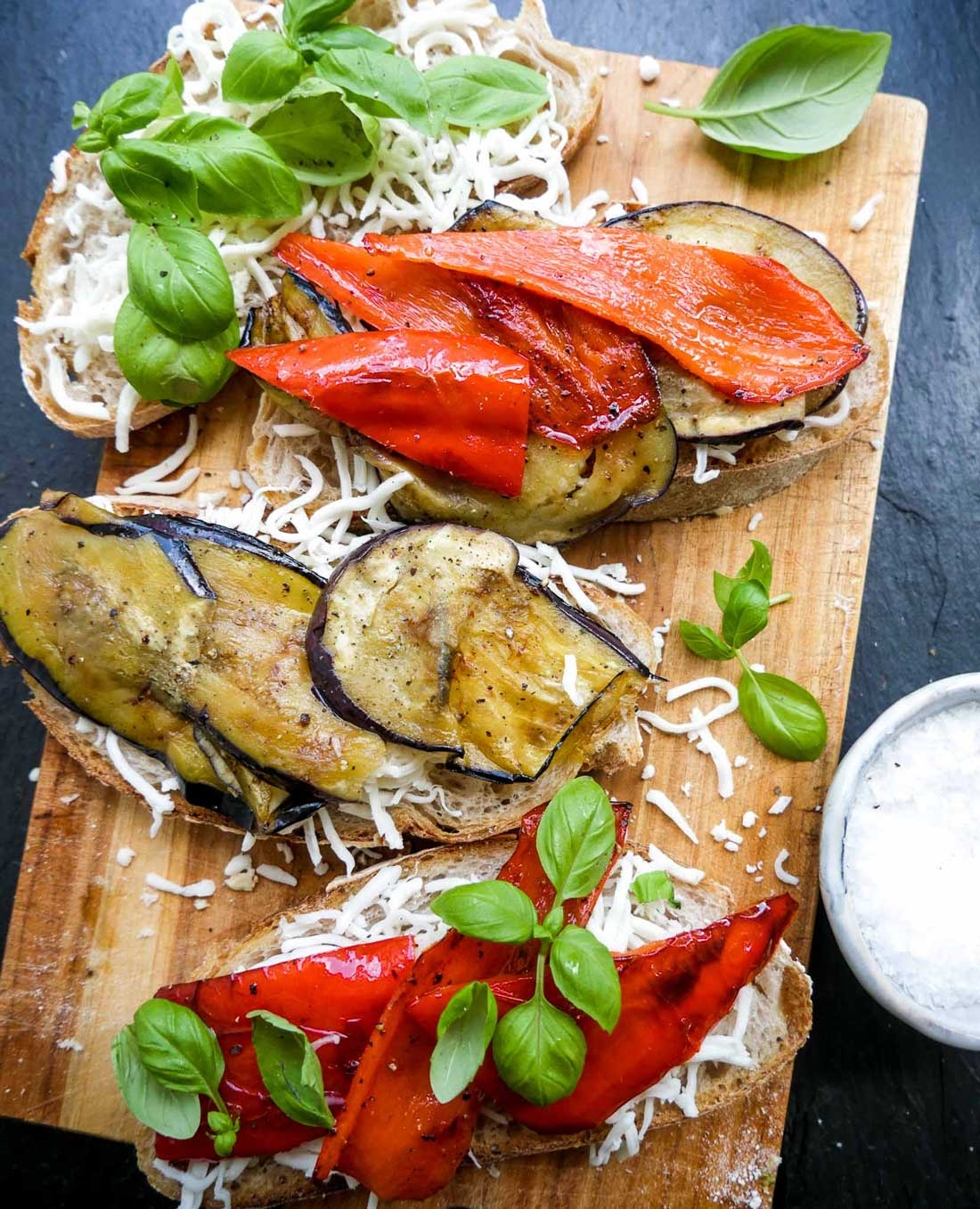 toast med grøntsager og ost