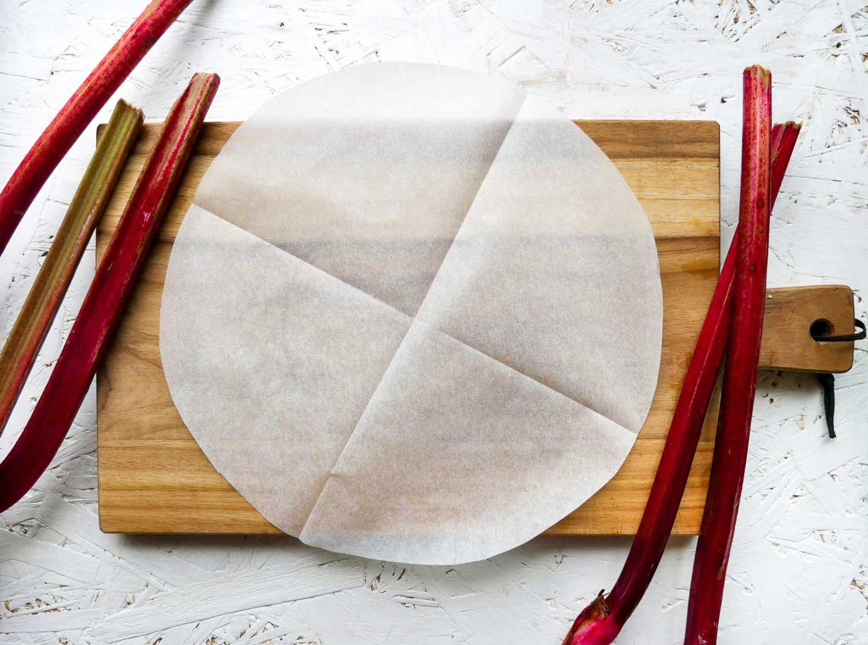 bagepapir til rabarbertærtens bund