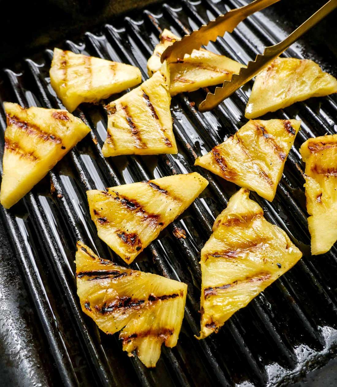 sprøde grillede ananas i skiver grillet på panden