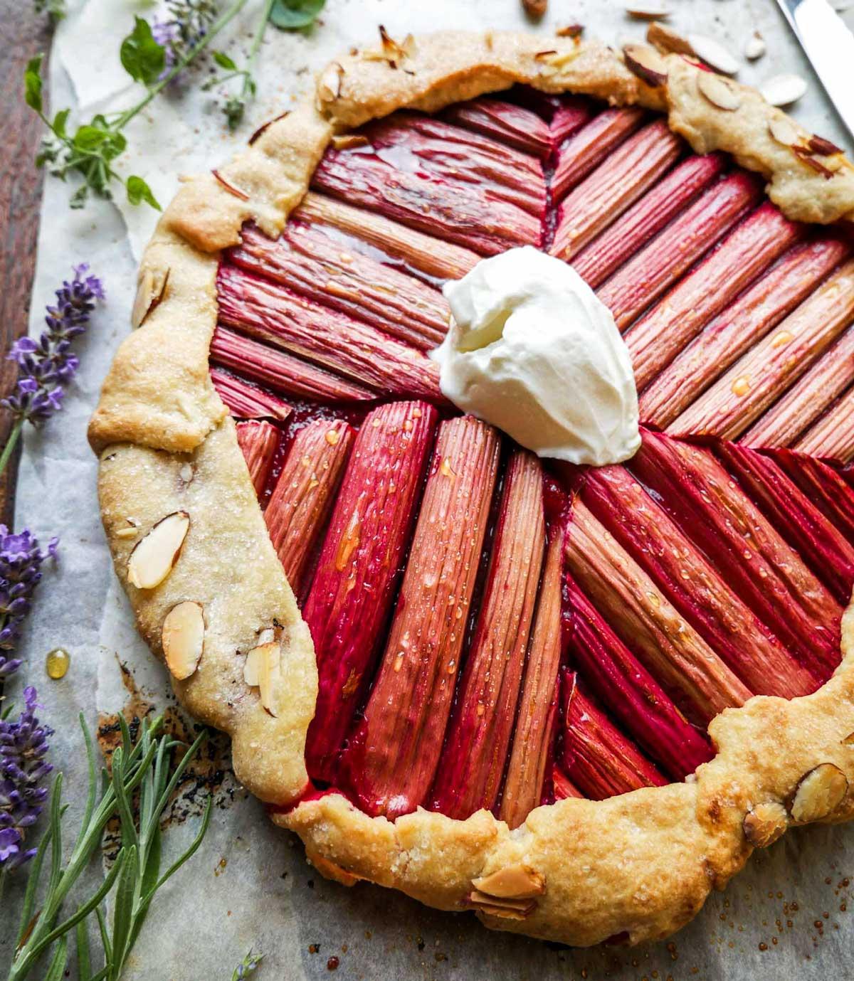 vegansk rabarbertærte med rabarber og vaniljeis eller creme fraiche