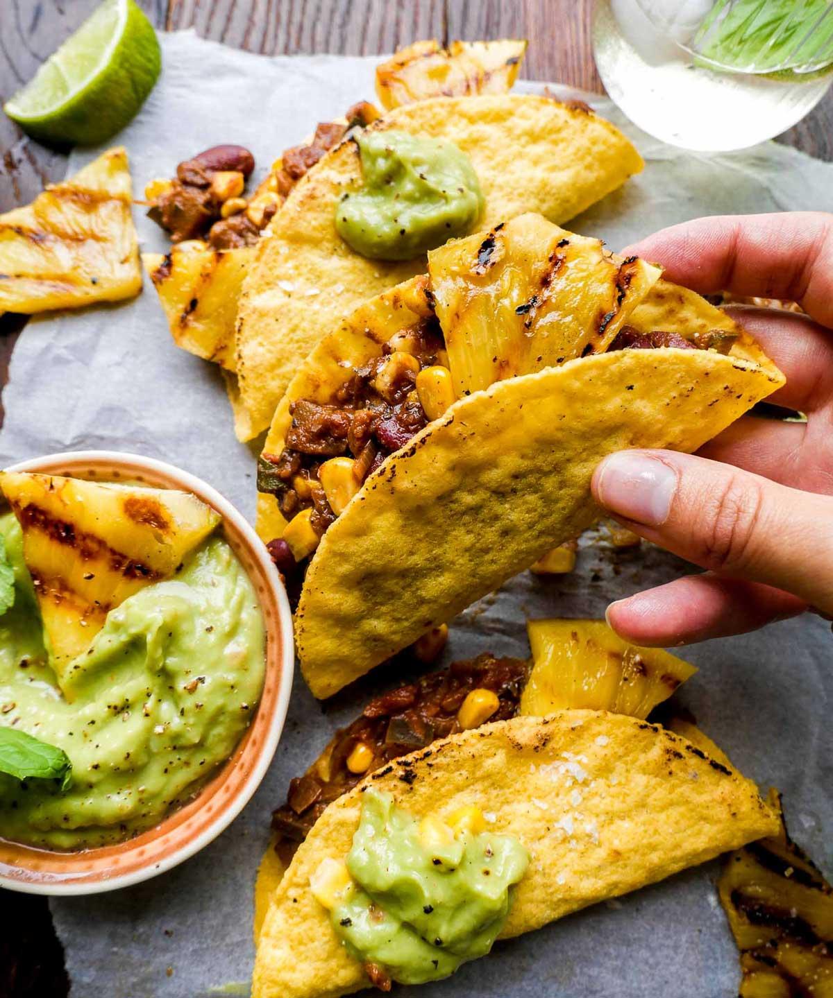 grillet ananas i tacos med guacamole