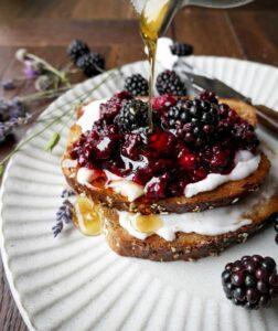 opskrift på brombær toast med ahorn sirup