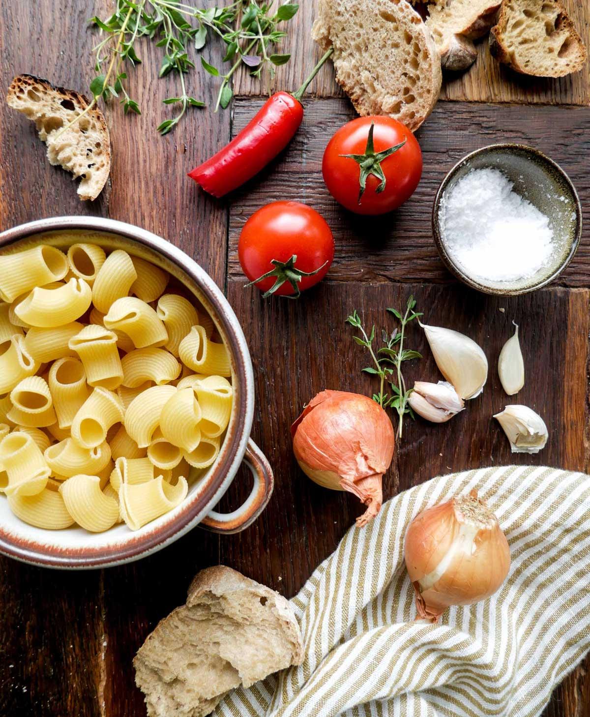 ingredienser til hjemmelavet tomatsuppe med pasta