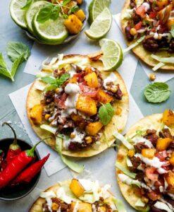 tostadas mexicansk opskrift med bønner og stegt mango