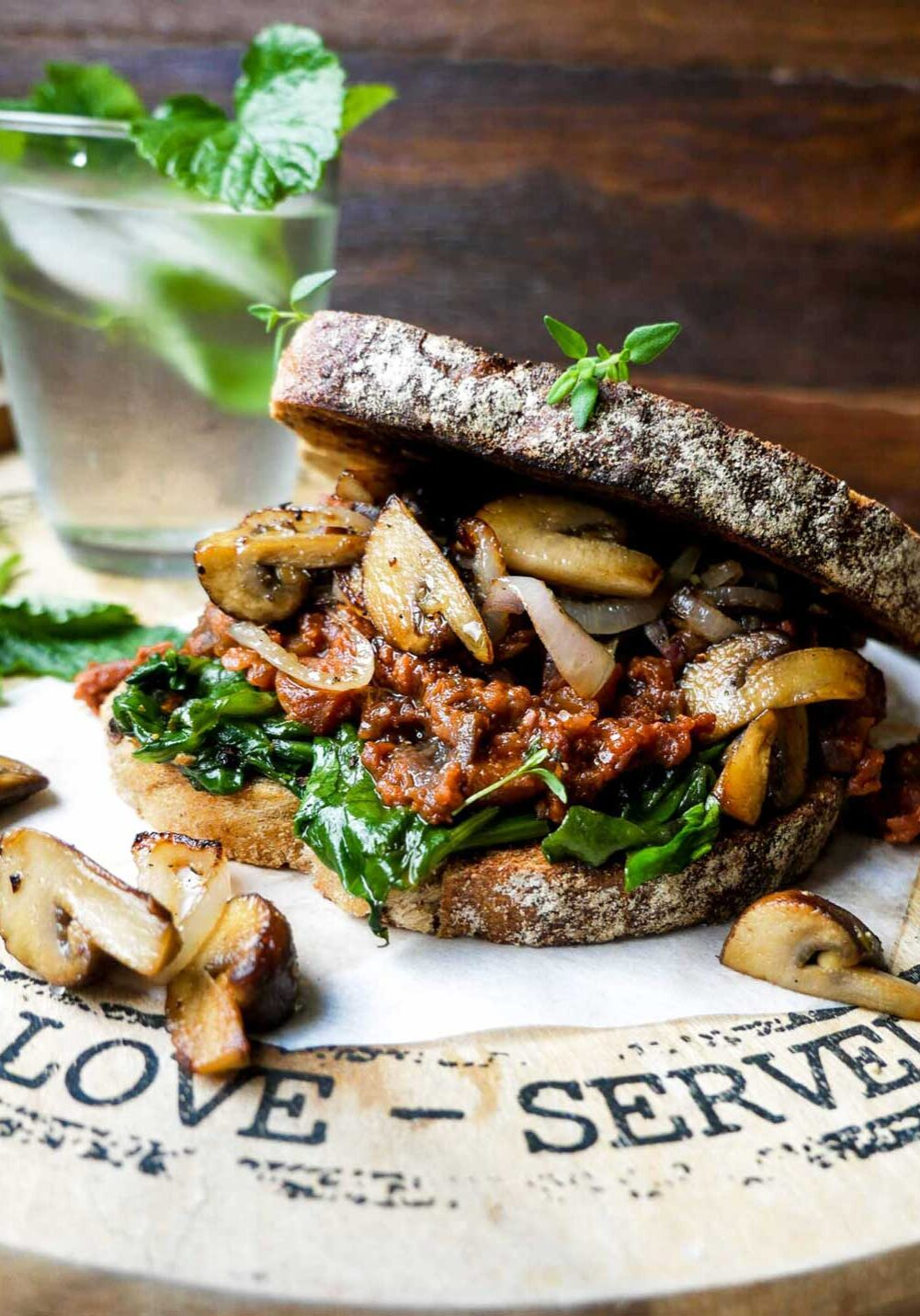 cowboytoast luksus vegansk toast med kodsovs og svampe