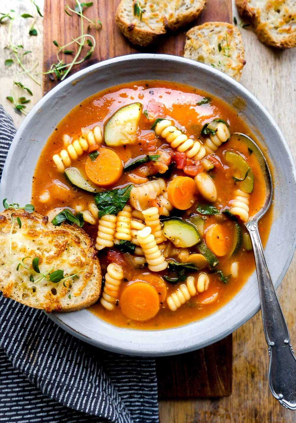 vegansk minestrone suppe med grøntsager